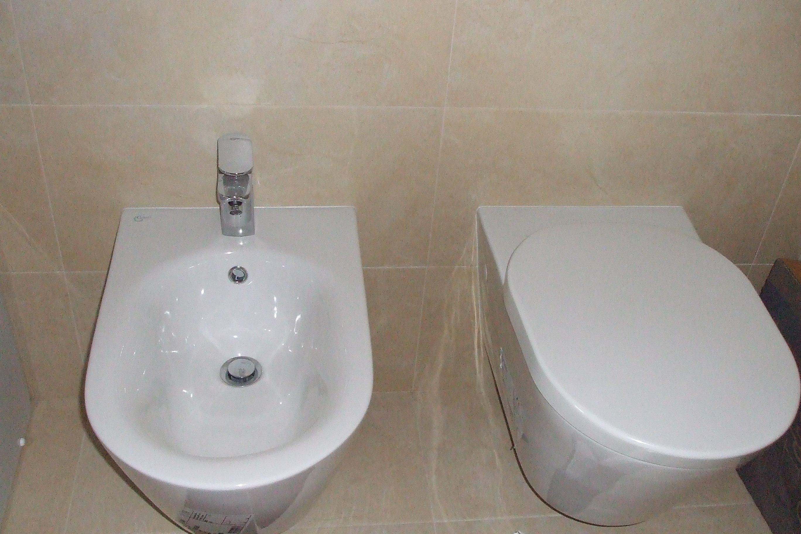 Un gabinetto e un bidet bianchi