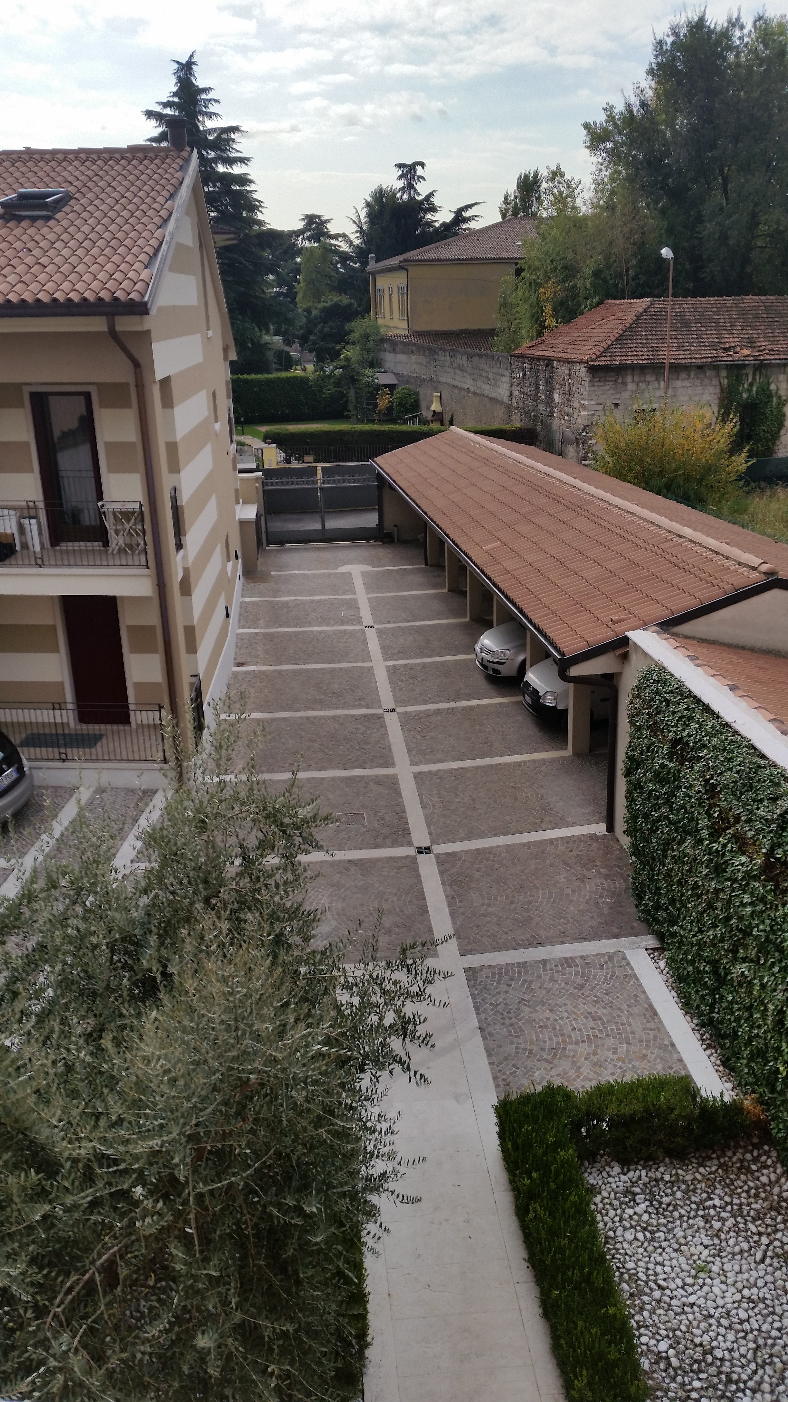 immagine dall`alto di un parcheggio condominiale