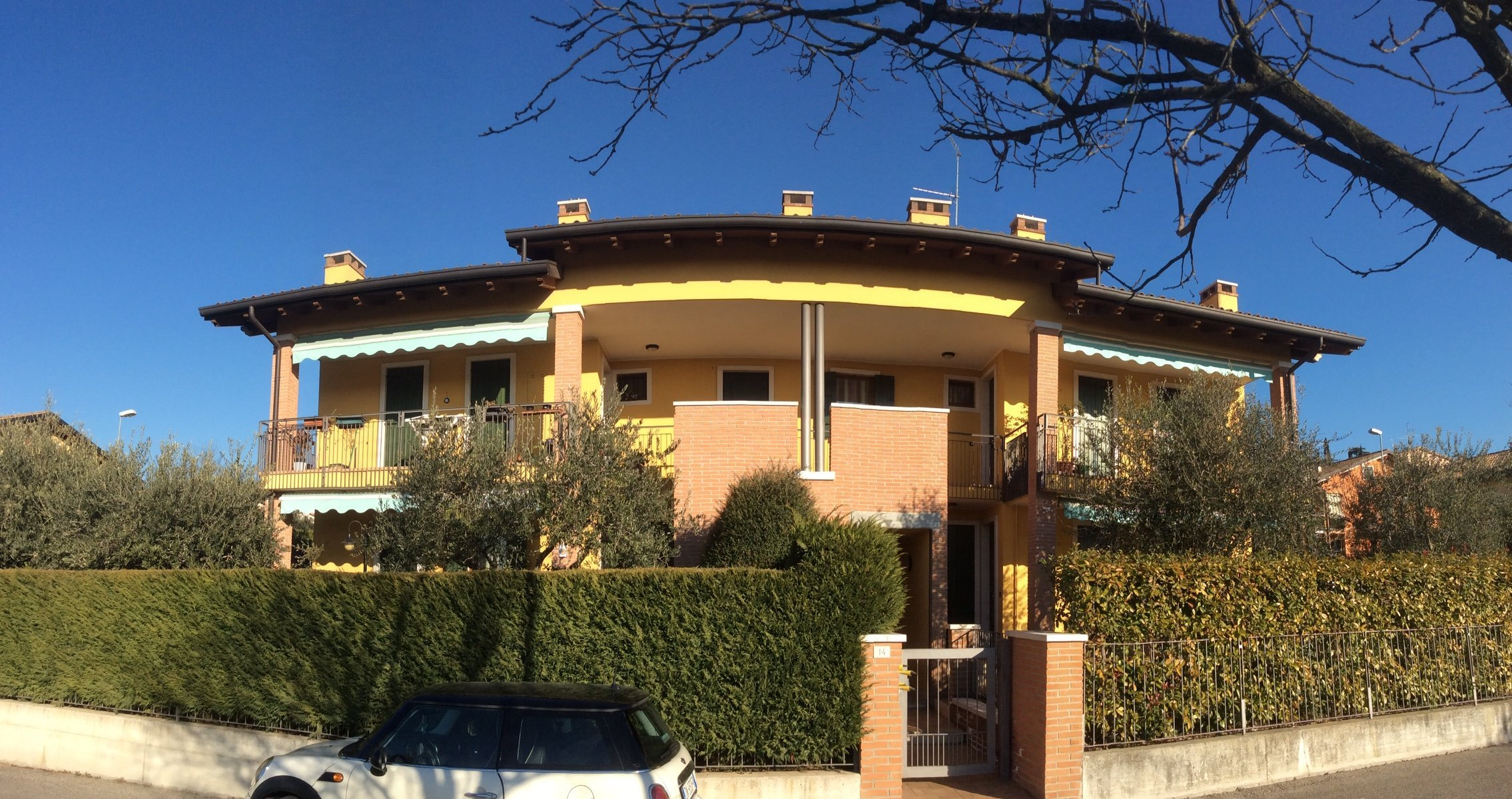 Villetta con giardino a toni gialli