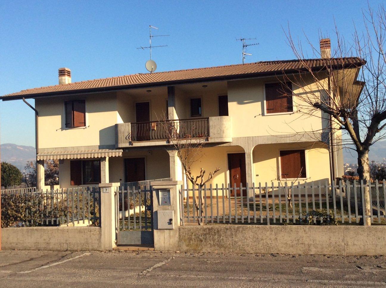 Villetta con giardino e balcone a toni chiari
