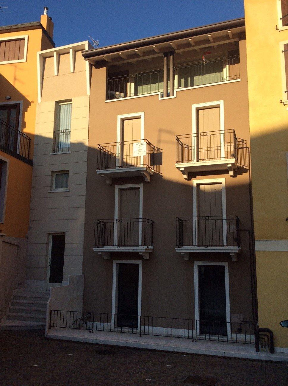 condominio con sei balconi