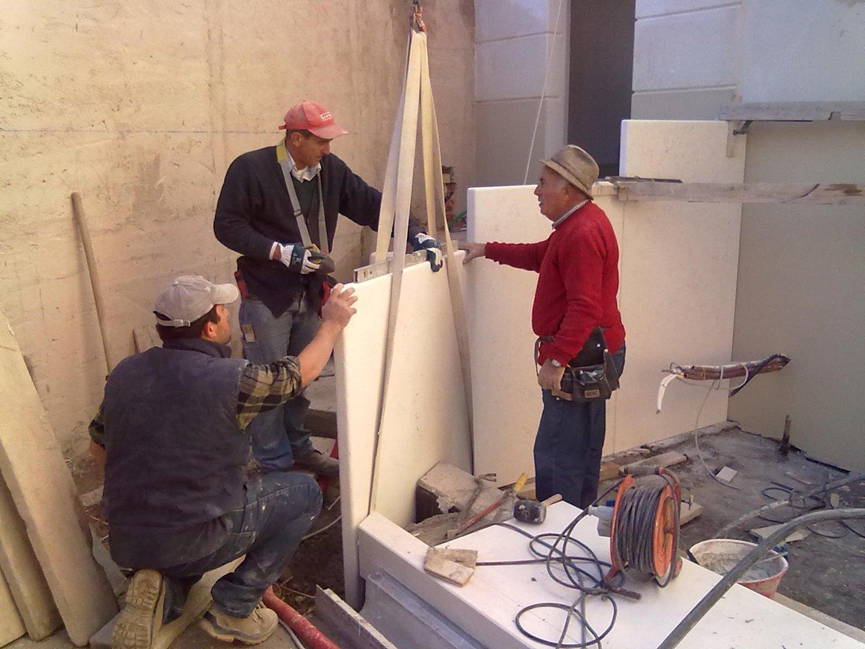 Impiegati di Edilfabri analizzano dei materiali edili