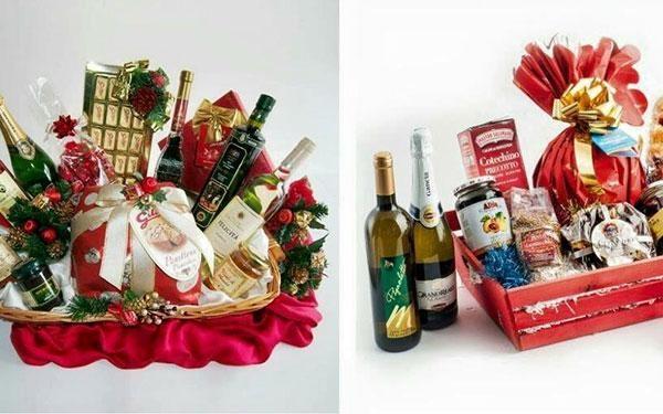 due foto di due cestini natalizi con bottiglie di vino,confetture e altre specialità