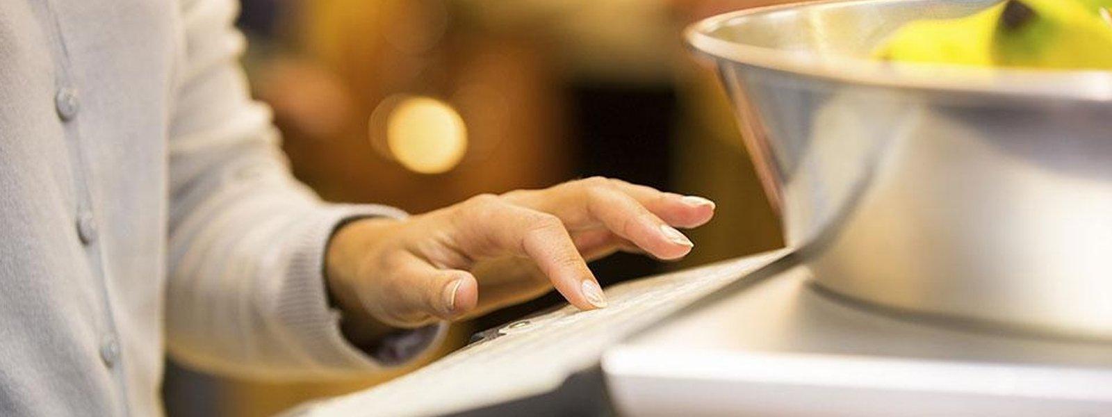 una mano con un dito indice che preme su uno schermo