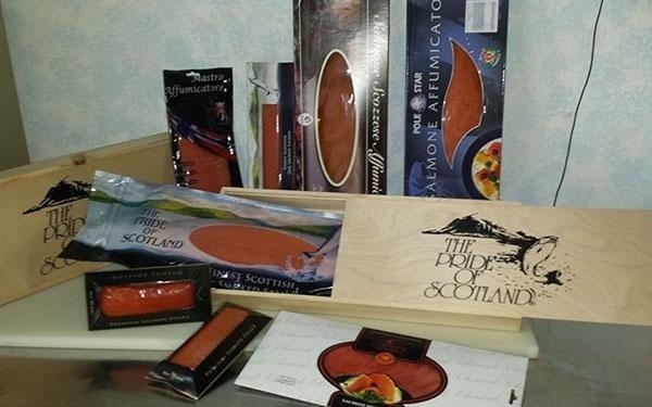 delle confezioni di salmone scozzese e norvegese