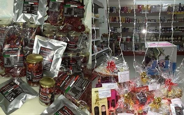 insieme di cesti natalizi,barattoli con del peperoncinoe luci decorative pendenti dal soffitto