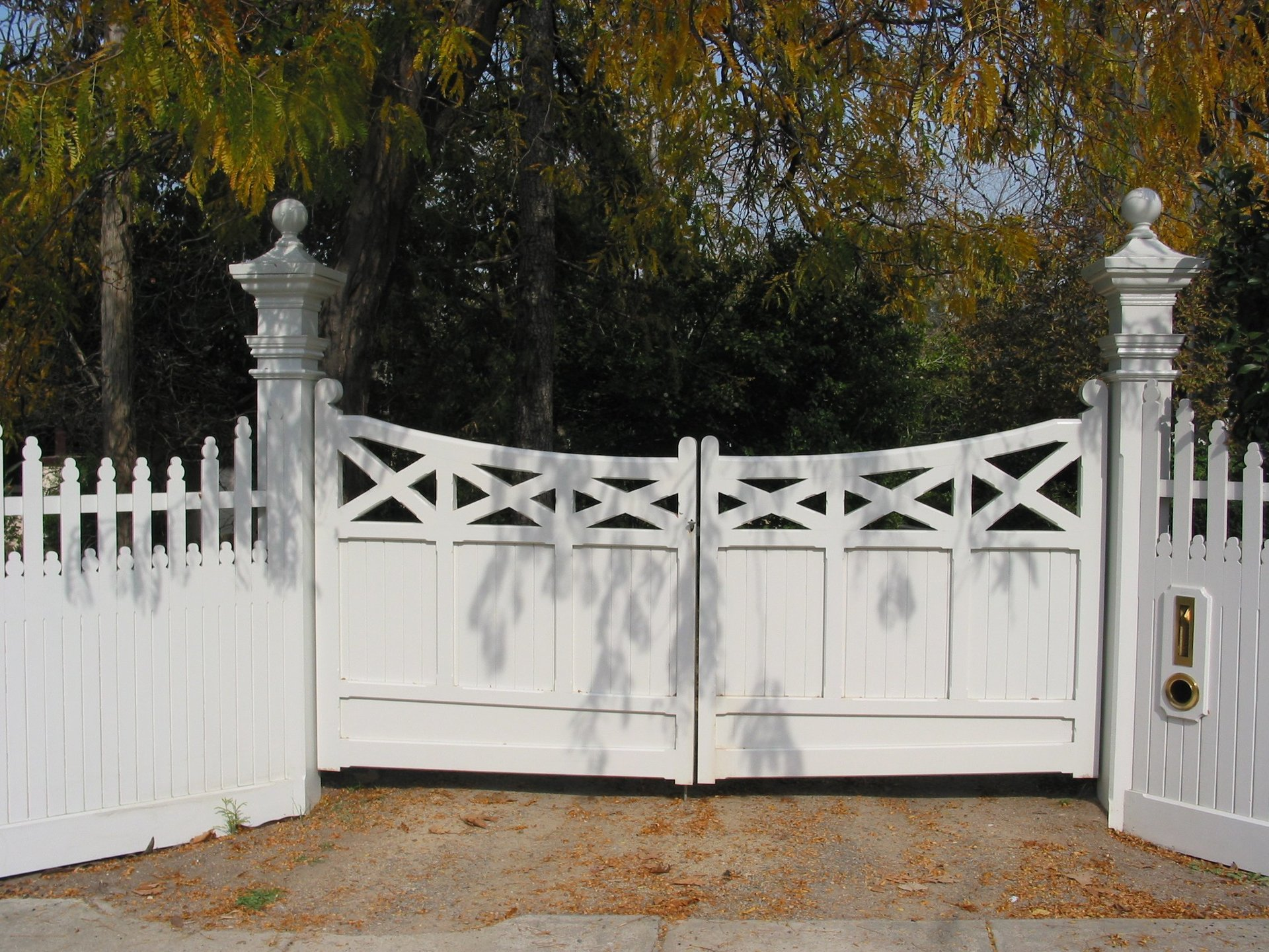 Timber feature driveway swing gate by Perry Bird Pickets