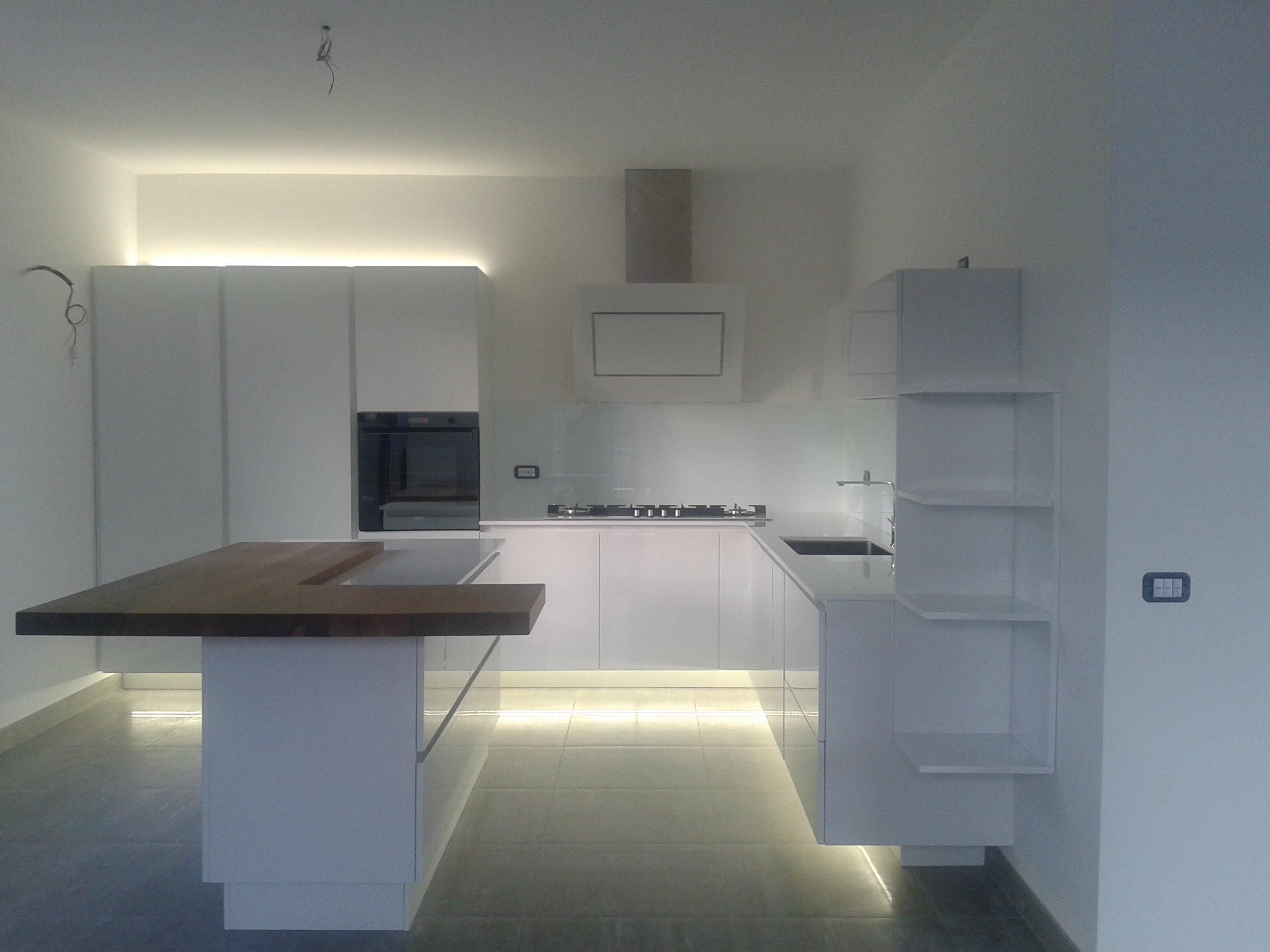 cucina bianca con pavimento illuminato