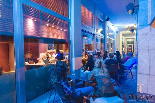 Persone si divertono al Tribeca Lounge Cafè a Ravenna