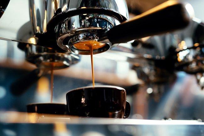 Caffè sgorga dalla macchina da caffè a Ravenna