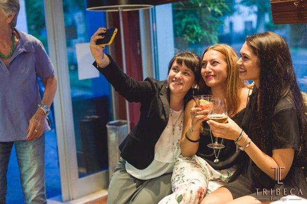 Donne si scattano un selfie al bar Tribeca Lounge Cafè a Ravenna