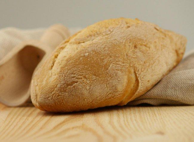 pagnotta di pane su un tagliere