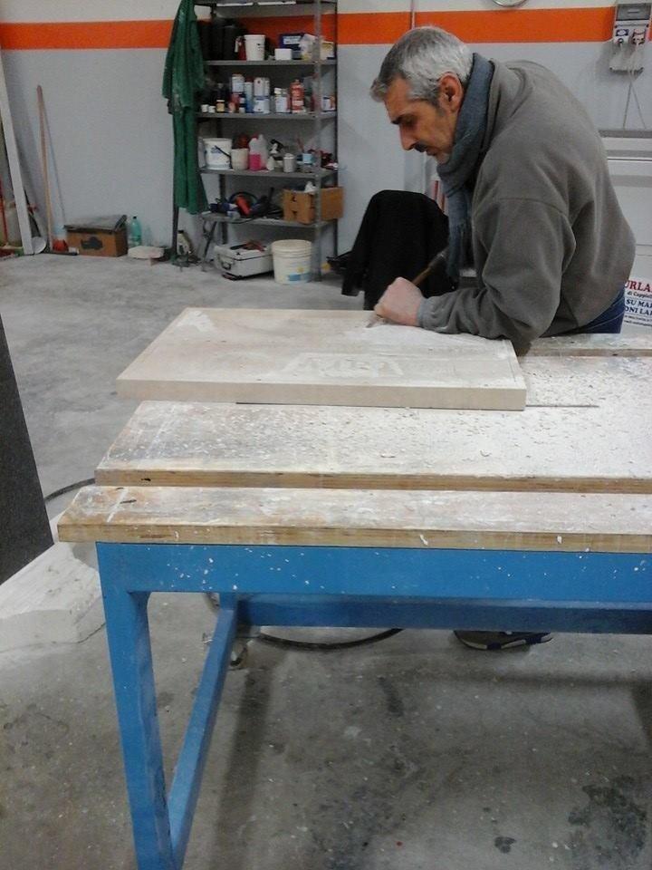 incisione a mano su marmo