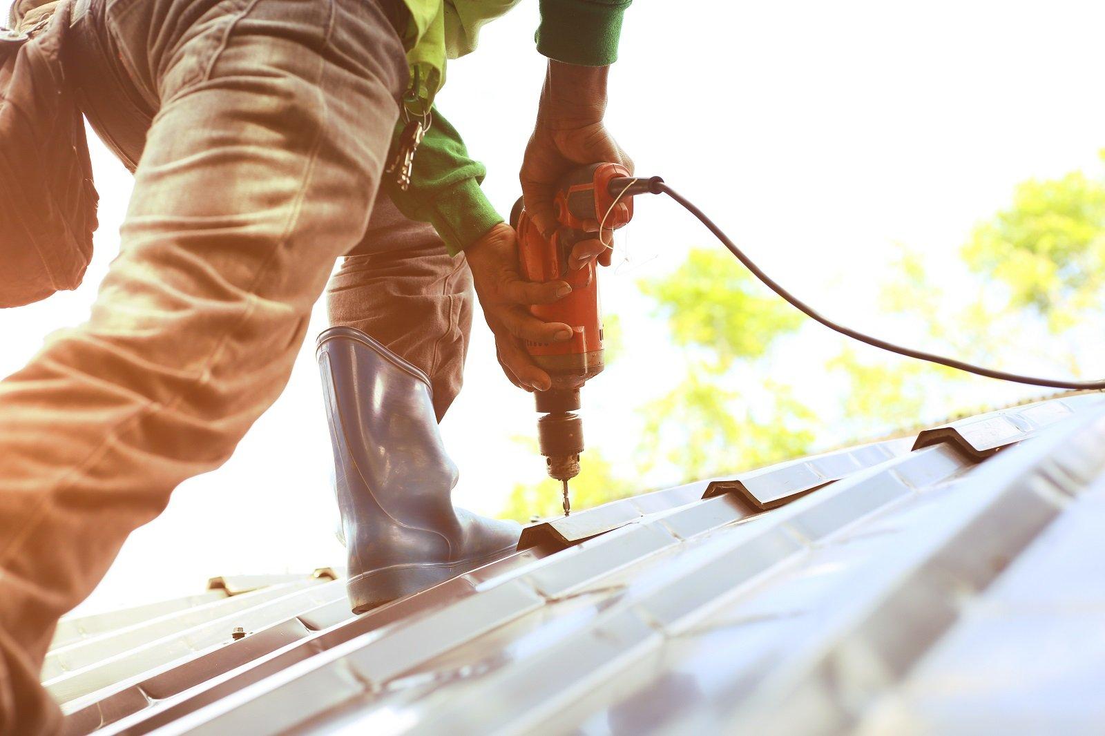 operaio ripara un tetto