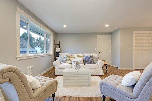 un salotto con pareti intonacate di fresco