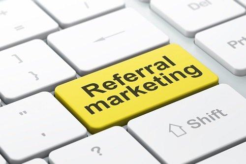 tasto di computer con scritta referral marketing