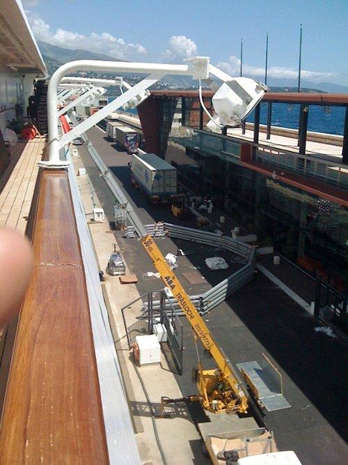 montacarichi ripresi dal ponte di una nave