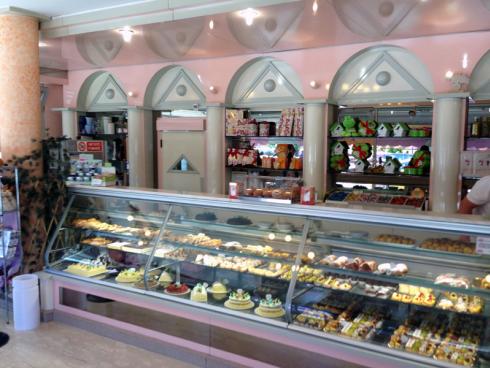 Presso la pasticceria Al Tempio si possono acquistare pasticcini secchi, cannoli, babà, colombe pasquali.