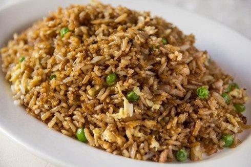 un piatto di riso con piselli