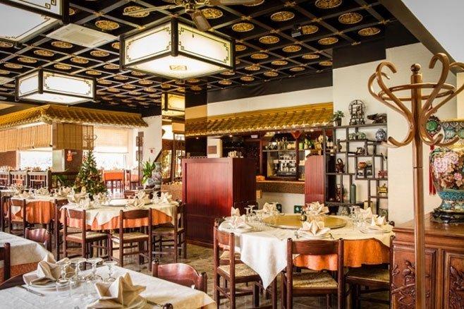 Ristorante con giardino bologna la pagoda for Arredamento sala ristorante