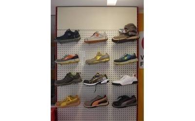 scaffale con scarpe  in esposizione