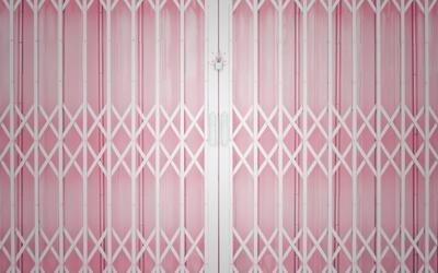porta rosa con cancello bianco