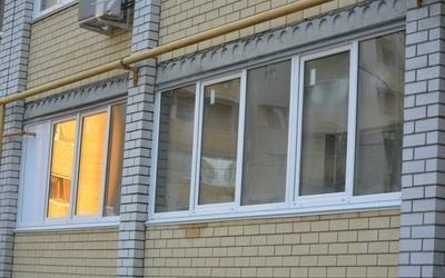 edificio con finestre bianche