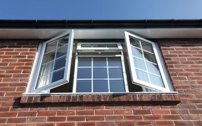 finestra aperta di una casa in mattoni