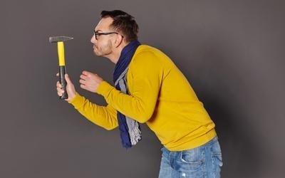 uomo con in mano un martello