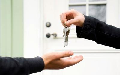 una mano che porge le chiavi ad un'altra