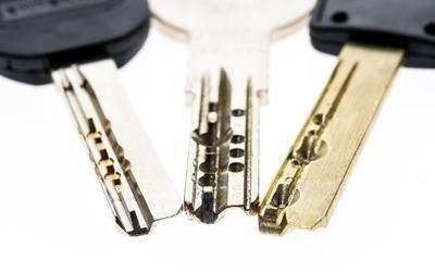 tre chiavi su sfondo bianco