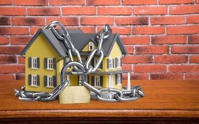 modello di casa con catene attorno