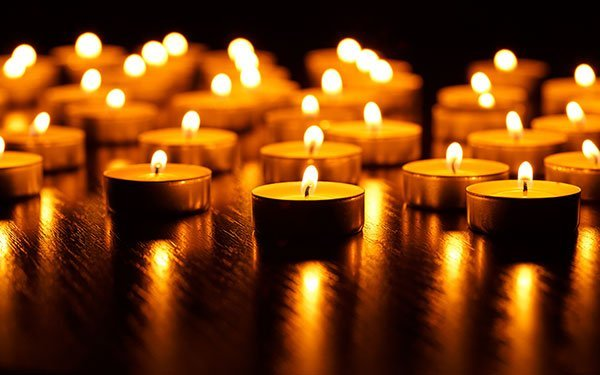 candele accese in fila