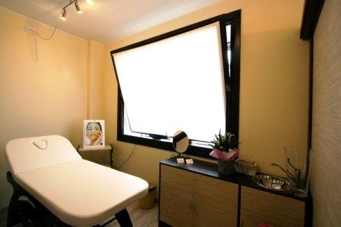 finestra a vasistas dentro una stanza per trattamenti estetici