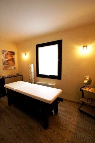 sala massaggi con lettino