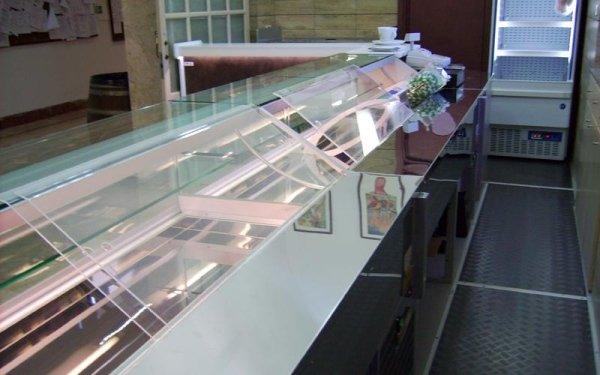 Si progettano banconi per bar e negozi