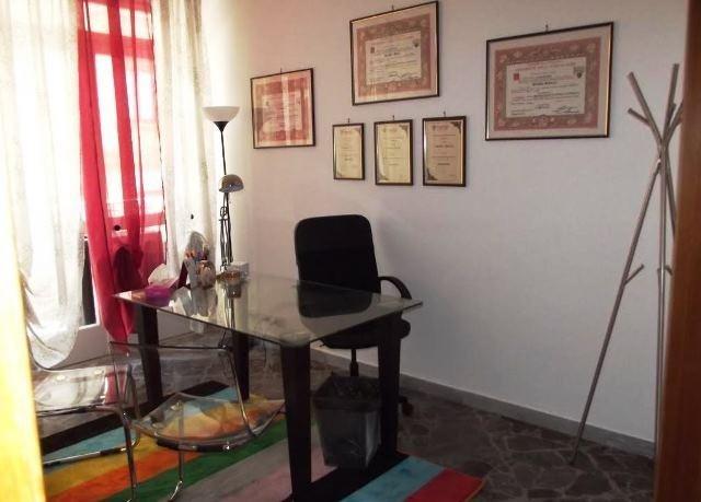 scrivania della psicologa e psicoterapeuta
