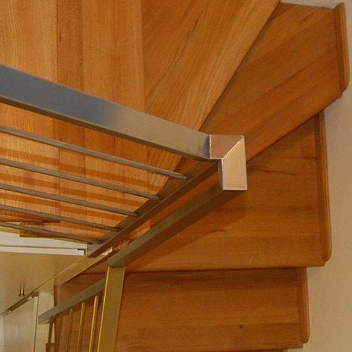 Dettaglio di scale interne in legno
