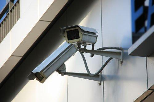 due telecamere di sicurezza che puntano in diverse direzioni