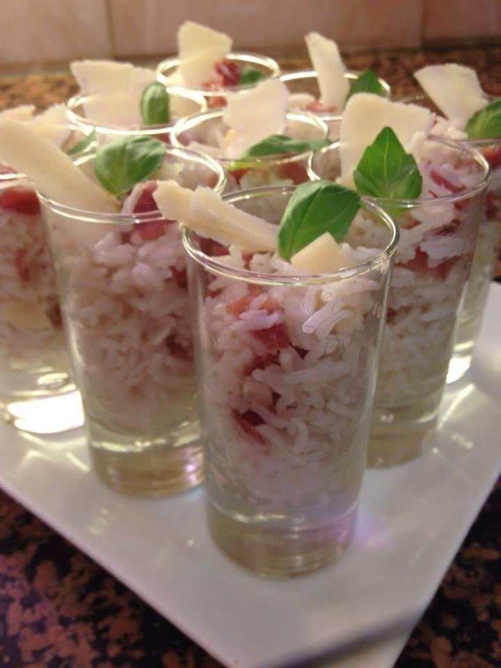 Bicchierini di riso con mela, speck e grana