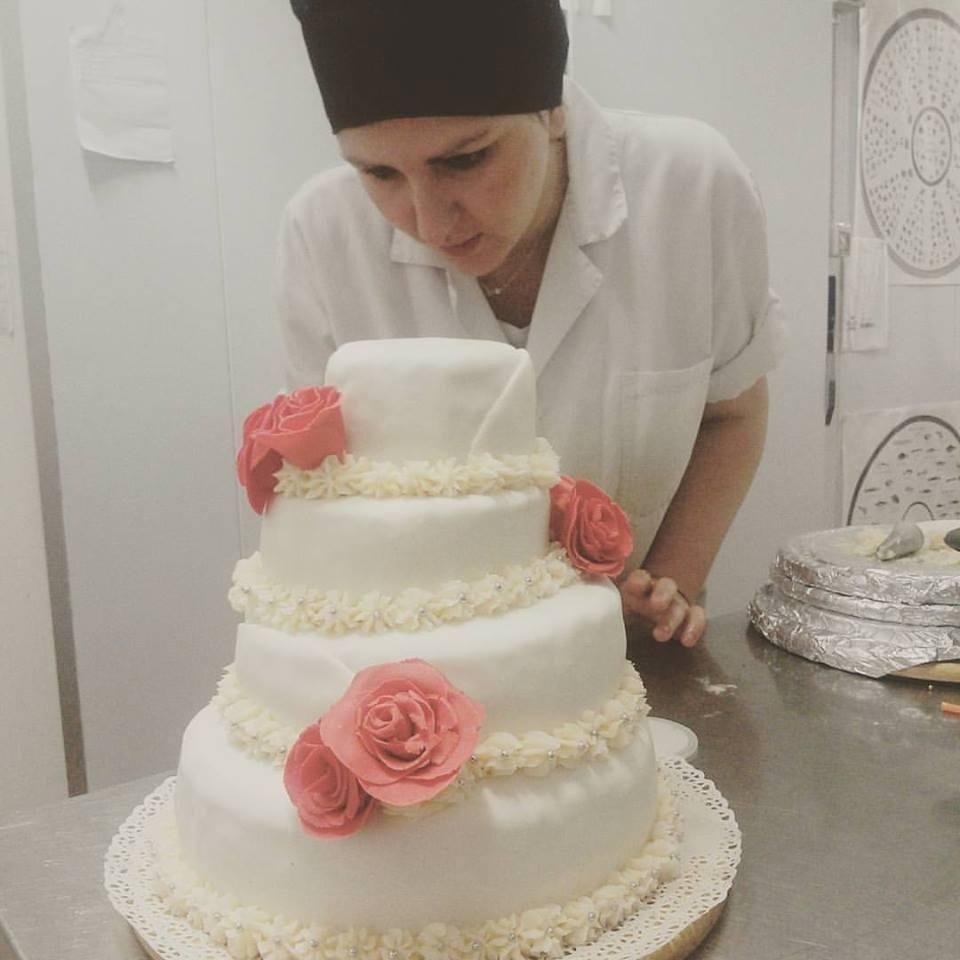 Preparazione torta di matrimonio