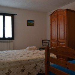 Camera da letto matrimoniale con mobili di legno