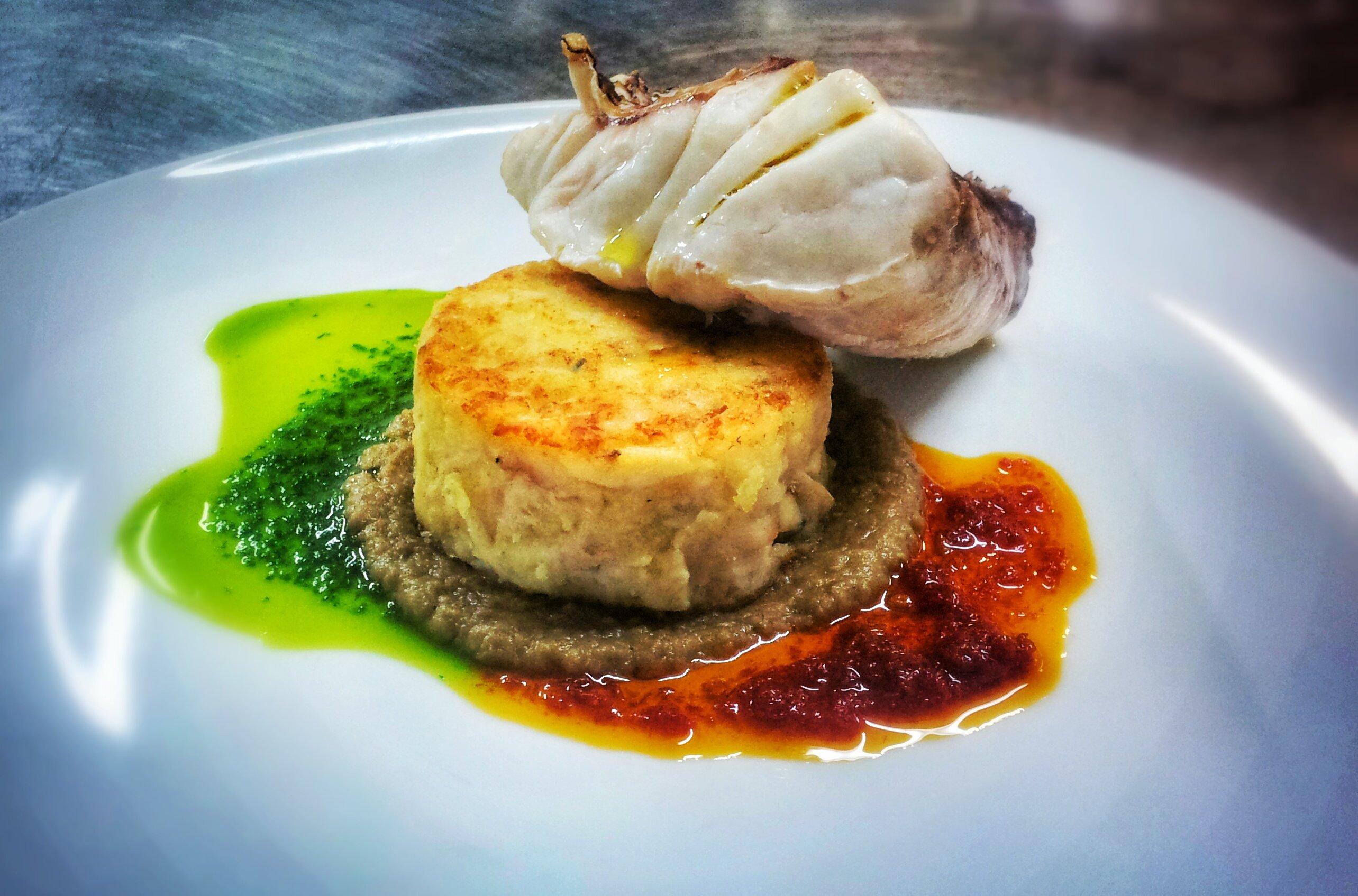 piatto di pesce con fantasie di salse - il ristorante la vela-messina