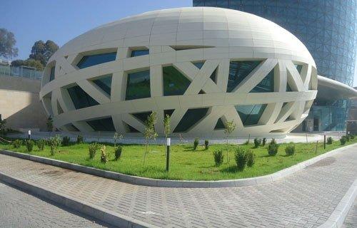un edificio moderno