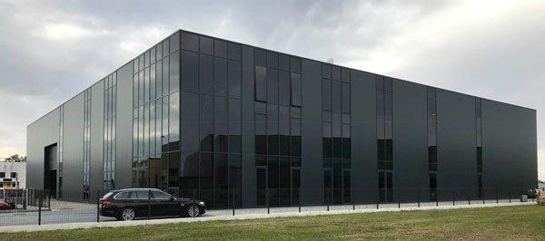 un edificio di color nero