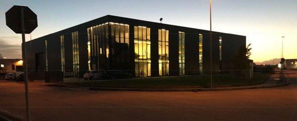 un edificio con vista delle luci accese