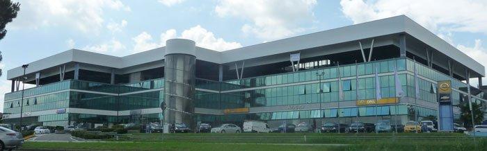Un edificio con delle vetrate