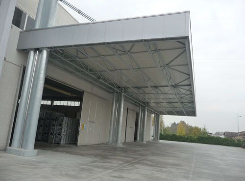 Una tettoia all'esterno di un magazzino
