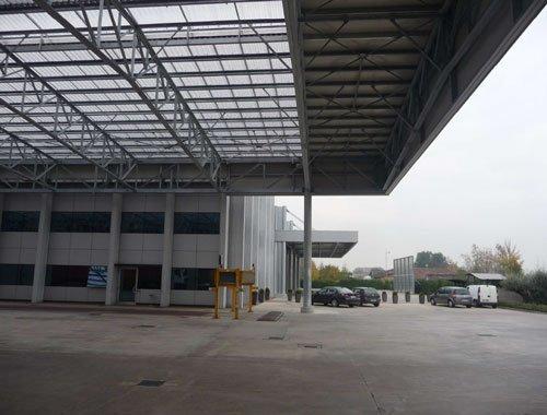 Delle strutture di ferro con una tettoia in un edificio