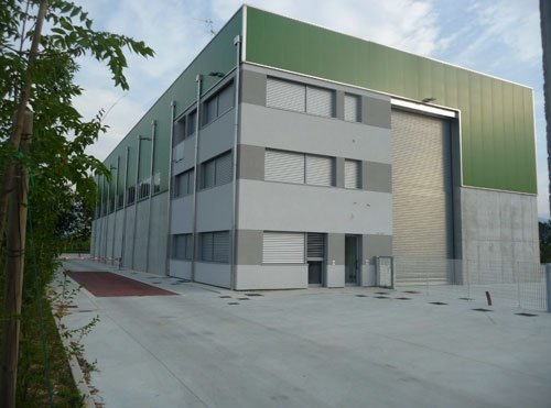 Un edificio grigio e verde